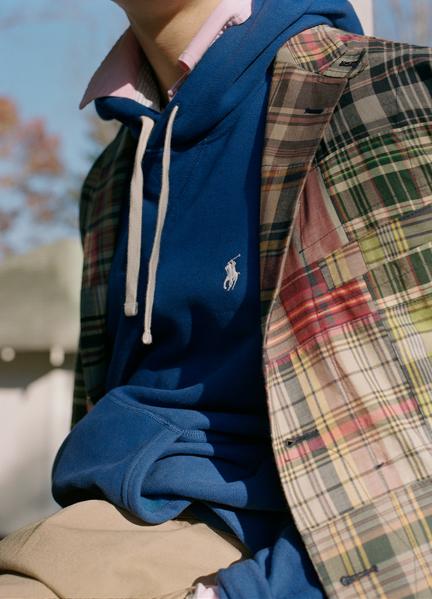 作为男装经典,它起初为19世纪马球场上的运动员而设计,自 1972 年来始终是 Polo 的经典款式。我们的牛津布由单针线迹定制而成,采用别致的服装染色。从穿着伊始便呈现理想的做旧效果,穿着愈久质感愈佳。